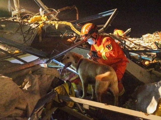 Servicios de rescate buscan supervivientes de un tornado en la provincia china de Hubei