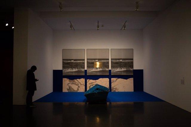 Una persona visita l'exposició 'En temps real. La col·lecció de Rafeael Tous d'art conceptual?, en el Museu d'Art Contemporani de Barcelona (Macba), a 12 de maig de 2021, a Barcelona, Catalunya (Espanya)