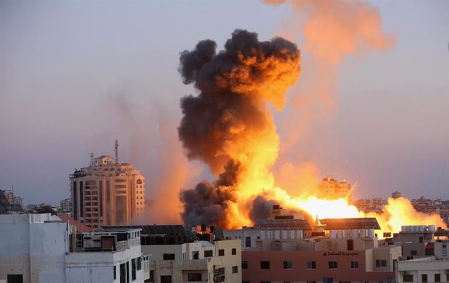 14 May 2021, Palestinian Territories, Gaza City: An explosion caused by Israeli airstrikes is seen at the Ansar compound, amid the escalating flare-up of Israeli-Palestinian violence. Photo: Ashraf Amra/APA Images via ZUMA Wire/dpa