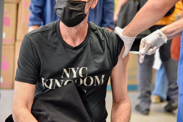 Archivo - Arxivo - Un home és vacunat contra la Covid-19 en un dispositiu de vacunació en la Facultat de Geografia i Història de la Universitat de Barcelona (UB).