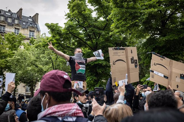 12 May 2021, France, Paris: People hold placards during a pro-Palestine demonstration, amid the escalating flare-up of Israeli-Palestinian violence. Photo: Sadak Souici/Le Pictorium Agency via ZUMA/dpa