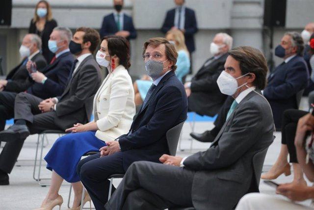 E alcalde de Madrid, José Luis Martínez-Almeida; el expresidente del Gobierno José María Aznar; y la presidenta de la Comunidad en funciones, Isabel Díaz Ayuso, en el acto de entrega de medallas por San Isidro.