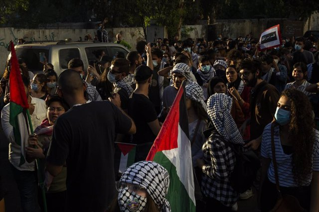 11 May 2021, Lebanon, Beirut: Demonstrators wear Keffiyehs and wave Palestinian flags as they march during a pro-Palestine demonstration against the escalating Israeli-Palestinian violence. Photo: Daniel Carde/ZUMA Wire/dpa