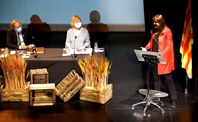 L'expresident de la Generalitat Quim Torra, al costat de l'alcaldessa de Santa Coloma de Farners (Girona), Susagna Riera, i la presidenta del Parlament, Laura Borràs