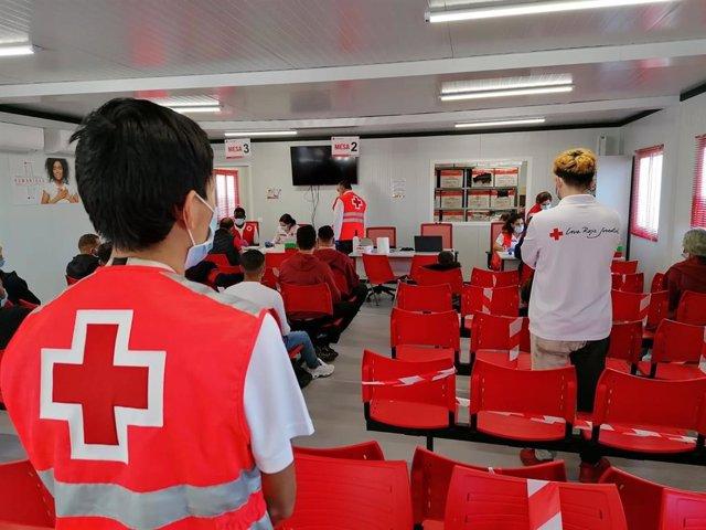 Archivo - Voluntarios de Cruz Roja atienden en el puerto de Almería a las personas rescatadas a bordo de las pateras. En una imagen de archivo.