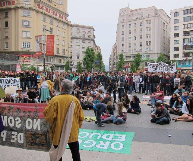 """Archivo - Los indignados cántabros --8.000, según los convocantes, y 1.500 para la Policía-- han salido este sábado a la calles de Santander para protestar porque un año después del nacimiento del Movimiento 15M, España continúa """"en la misma situación"""", c"""