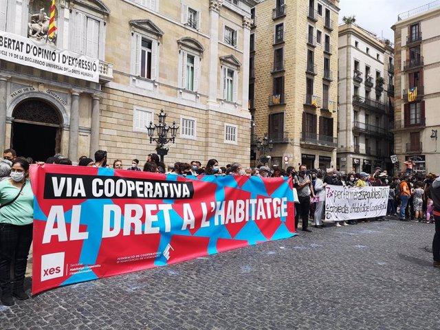 Concentració a Barcelona per l'habitatge cooperatiu assequible.