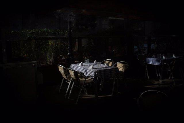 Archivo - Arxivo - Una taula posada en una terrassa durant el primer dia de l'inici del primer tram de la desescalada de la segona ona pel coronavirus a Barcelona