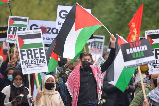 15 May 2021, United Kingdom, London: Demonstrators walk through Hyde Park as they make their way to the Israeli embassy in London, during a march in support of Palestinians amid the escalating flare-up of Israeli-Palestinian violence. Photo: Dominic Lipin