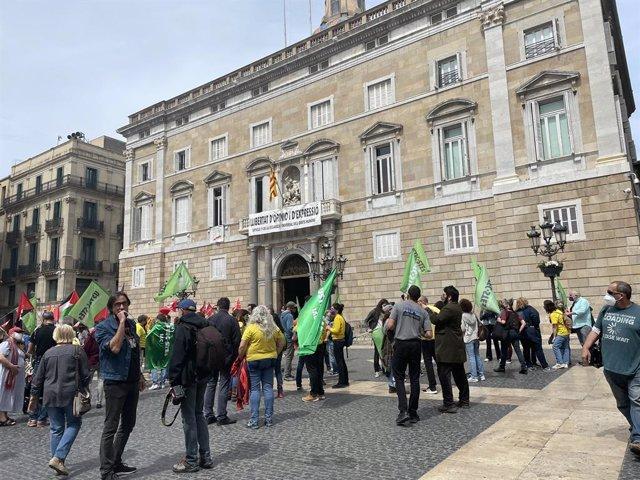 Els manifestants han acudit a la plaça Sant Jaume de Barcelona per l'educació pública.