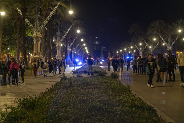 Grups a l'Arc de Triomf de Barcelona aquesta matinada