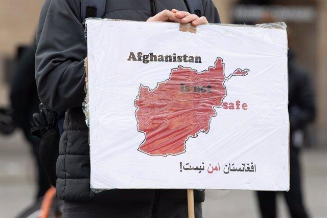 Archivo - Cartel de denuncia de la inseguridad en Afganistán
