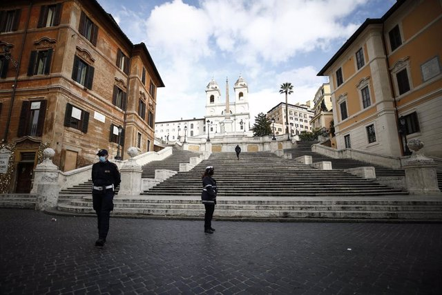 Archivo - Policías con mascarilla frente a la escalinata de la plaza de España de Roma durante la epidemia de coronavirus