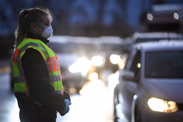 Archivo - 12 March 2020, France, Strasbourg: A policewoman with a face mask carries out border controls along the German borders amid the coronavirus outbreak. Photo: Patrick Hertzog/AFP/dpa