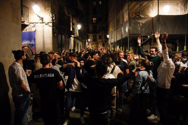Centenars de persones reunides al passeig del Born, 15 de maig del 2021, a Barcelona