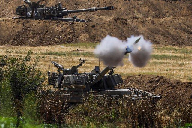 Carros de combat israelians disparant sobre Gaza