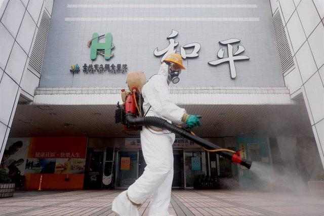 Trabajos de desinfección contra el coronavirus en Taiwán