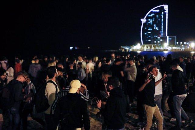 Diverses persones s'ajunten en ambient festiu, una setmana després de la fi de l'estat d'alarma, a 15 de maig de 2021, a Barcelona.