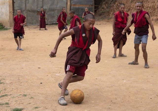 Archivo - Arxivo - Monjos jugant al futbol a Bhutan