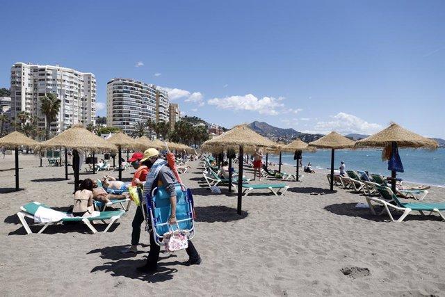 Malagueños y visitantes en la playa de la Malagueta de Málaga este 2 de mayo