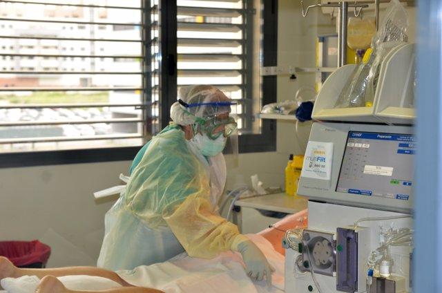 Archivo - Atención a un paciente covid en la UCI.