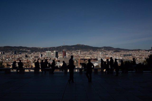 Archivo - Arxiu - Diverses persones observen les vistes de Barcelona des del Museu Nacional d'Art de Catalunya.