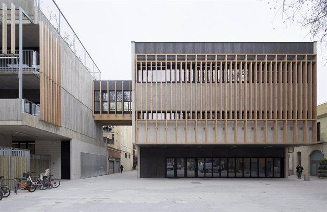 Archivo - Arxiu - Façana de l'Escola La Mar Bella després d'acabar les obres d'ampliació i millora del centre