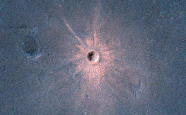 Cráter de impacto reciente en Marte