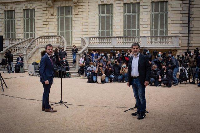 El president de la Generalitat en funcions, Pere Aragonès (i) i el secretari general de Junts, Jordi Sànchez (d) durant el seu acord en els jardins del Palau Robert, a 17 de maig de 2021, a Barcelona, Catalunya (Espanya).