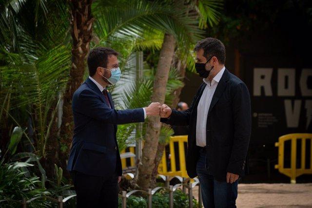 El president de la Generalitat en funcions, Pere Aragonès (e), i el secretari general de Junts, Jordi Sànchez (d), en la presentació de l'acord als Jardins del Palau Robert de Barcelona, 17 de maig del 2021.