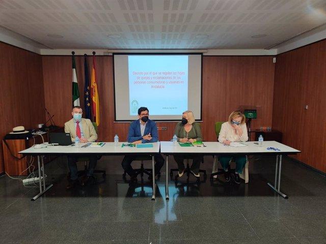 La delegada de Salud en Huelva, Manuela Caro, junto a Alberto Fernández.