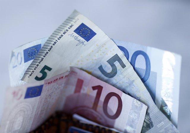 Archivo - Arxiu - Bitllets, monedes, euros.