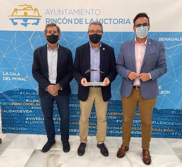 El alcalde de Rincón de la Victoria, Francisco Salado, junto con el concejal de Turismo, Antonio José Martín, y el escultor, Chico Repullo,
