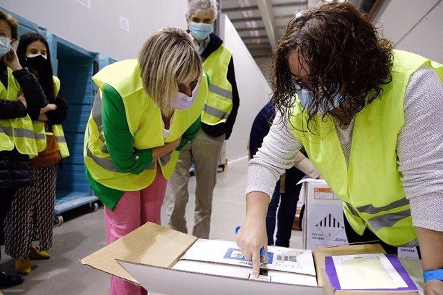 La consellera de Salut en funcions, Alba Vergés, visita un punt logístic de Catalunya on es reben i distribueixen les vacunes de la covid-19.