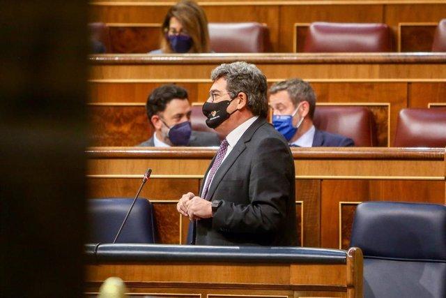 El ministro de Inclusión, Seguridad Social y Migraciones, José Luis Escrivá, interviene durante una sesión de control en el Congreso