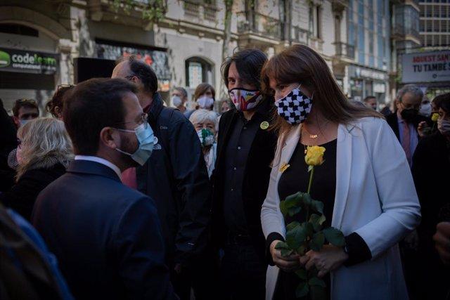 El vicepresident del Govern en funcions, Pere Aragonès i la presidenta del Parlament, Laura Borràs amb una rosa groga a la seva arribada a l'acció que l'associació organitza a favor de l'amnistia, a 23 d'abril de 2021, a Barcelona, Catalunya (Espanya).