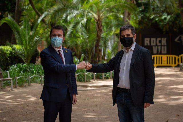 El president de la Generalitat en funcions, Pere Aragonès (i) i el secretari general de Junts, Jordi Sànchez (d) durant el seu acord en els jardins del Palau Robert, a 17 de maig de 2021, a Barcelona, Catalunya (Espanya)