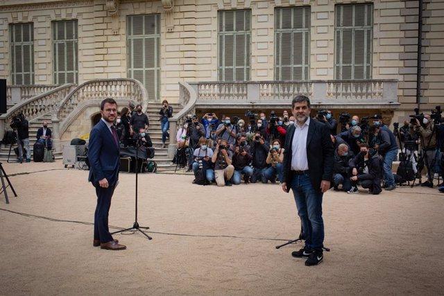 El president de la Generalitat en funcions, Pere Aragonès (e) i el secretari general de Junts, Jordi Sànchez (d) durant una roda de premsa en els jardins del Palau Robert.