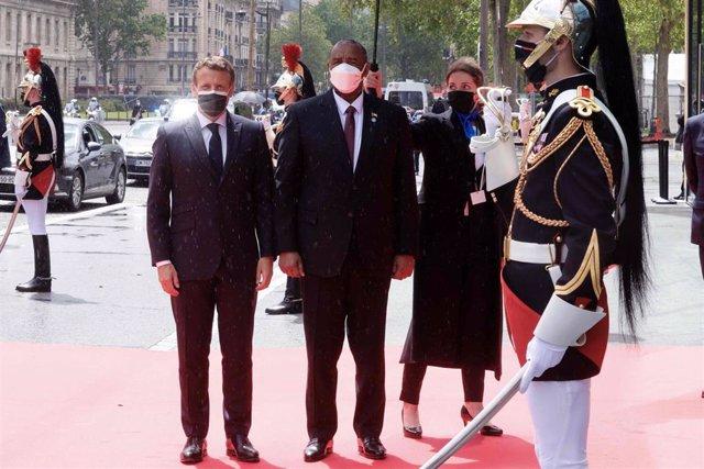 El presidente francés, Emmanuel Macron, y el presidente del Consejo Soberano de Sudán, Abdel Fattah Burhan, en la conferencia celebrada en París.
