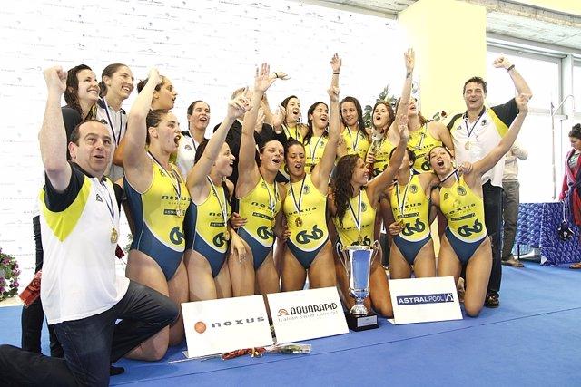 Archivo - CN Sabadell celebra su título de campeón de Europa de waterpolo femenino