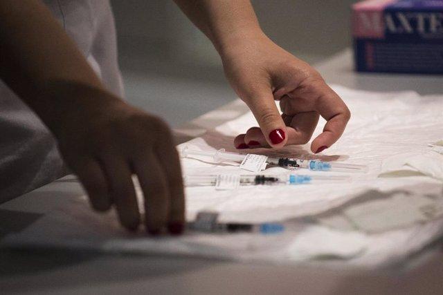 Una sanitaria con varias dosis de la vacuna de Pfizer en el Hospital Universitario de Getafe, a 17 de mayo, en Getafe, Madrid (España). La Comunidad de Madrid ha comenzado hoy a vacunar a personas entre 50 y 55 años en los hospitales públicos de la región