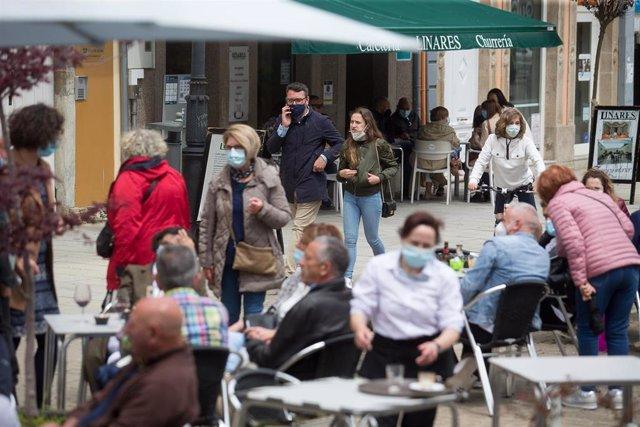 Varias personas, en la terraza de un bar a 9 de mayo de 2021, en Ribadeo, Lugo, Galicia (España). El segundo estado de alarma impuesto por el Gobierno de España para frenar la pandemia del coronavirus ha finalizado a las 00:00 horas de este domingo y tras
