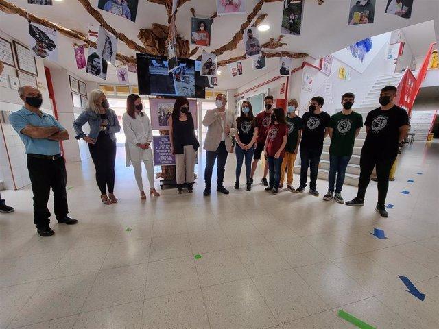 El alumnado del IES Jorge Juan de San Fernando recibe la visita de delegado territorial de Educación y Deporte de la Junta en Cádiz, Miguel Andréu, la alcaldesa, Patricia Cavada, y la concejala de Educación y Cultura, María José Foncubierta.