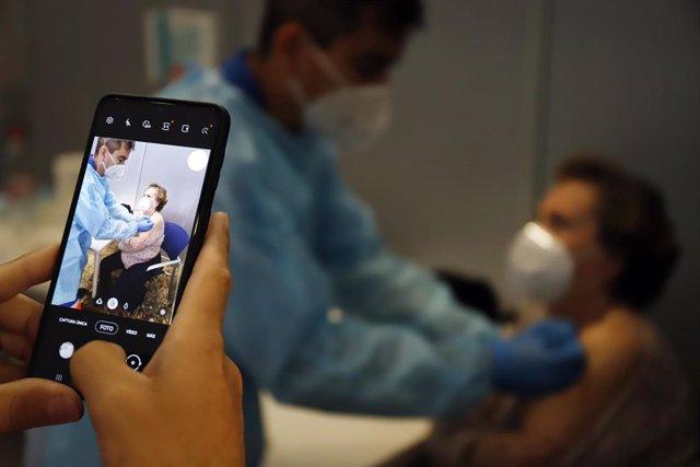 Foto de archivo de vacunación ante la Covid-19 en Málaga.