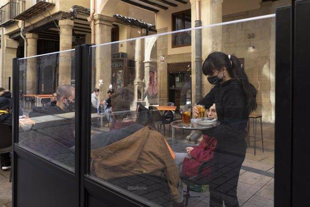 Archivo - La terraza de un bar en Logroño