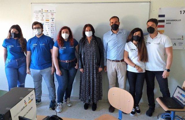 La delegada de Educación y Deporte de la Junta en Huelva, Estela Villalba,  con los estudiantes premiados.