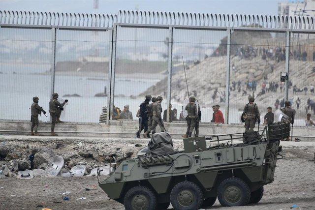 Un tanque del ejército español colabora en las devoluciones en caliente que están efectuando a los migrantes que han entrado en Ceuta procedente de Marruecos, a 18 de mayo de 2021, en Ceuta, (España). Al menos 2.700 personas han sido devueltas a Marruecos