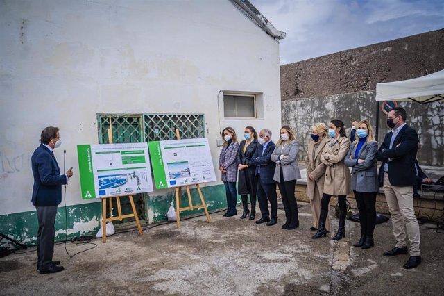 Archivo - Autoridades conocen el proyecto para el nuevo edificio multiusos del Puerto de Roquetas de Mar (Almería)