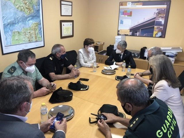 El ministre Fernando Grande-Marlaska es reuneix amb la delegada del Govern a Ceuta i els comandaments policials per a analitzar la crisi migratòria