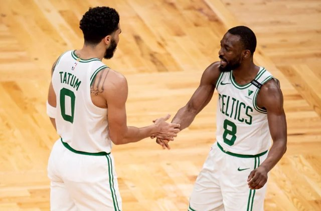 Tatum y Walker celebran la victoria de los Celtics
